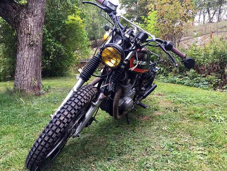 Framdäck på vår Suzuki GS 450 scrambler