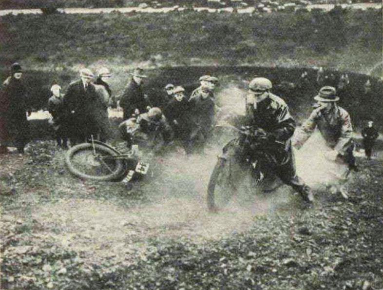 Tävlande kämpar uppför en backe i en scramble 1927
