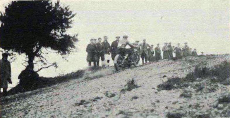 Den första scramble eller motocross-tävlingen