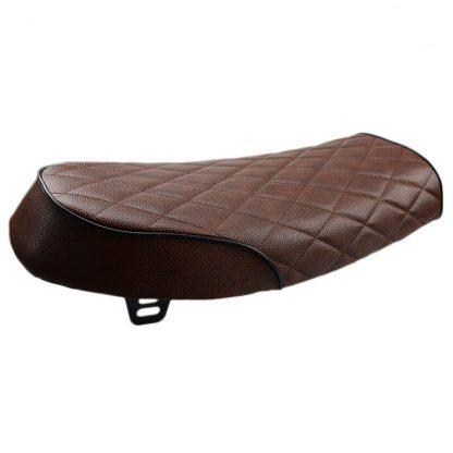 mörkbrunt rutigt säte för scrambler bakifrån