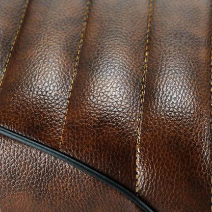 Närbild brunt säte för scrambler eller cafèracer