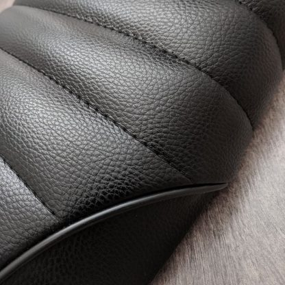 Närbild: svart tvärrandigt säte