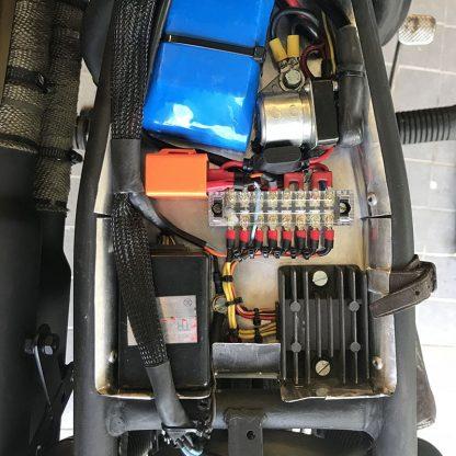 kabelstrumpa i elektroniklåda på motorcykel
