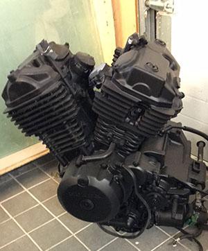 Biltemas motorlack på motorcykelmotor